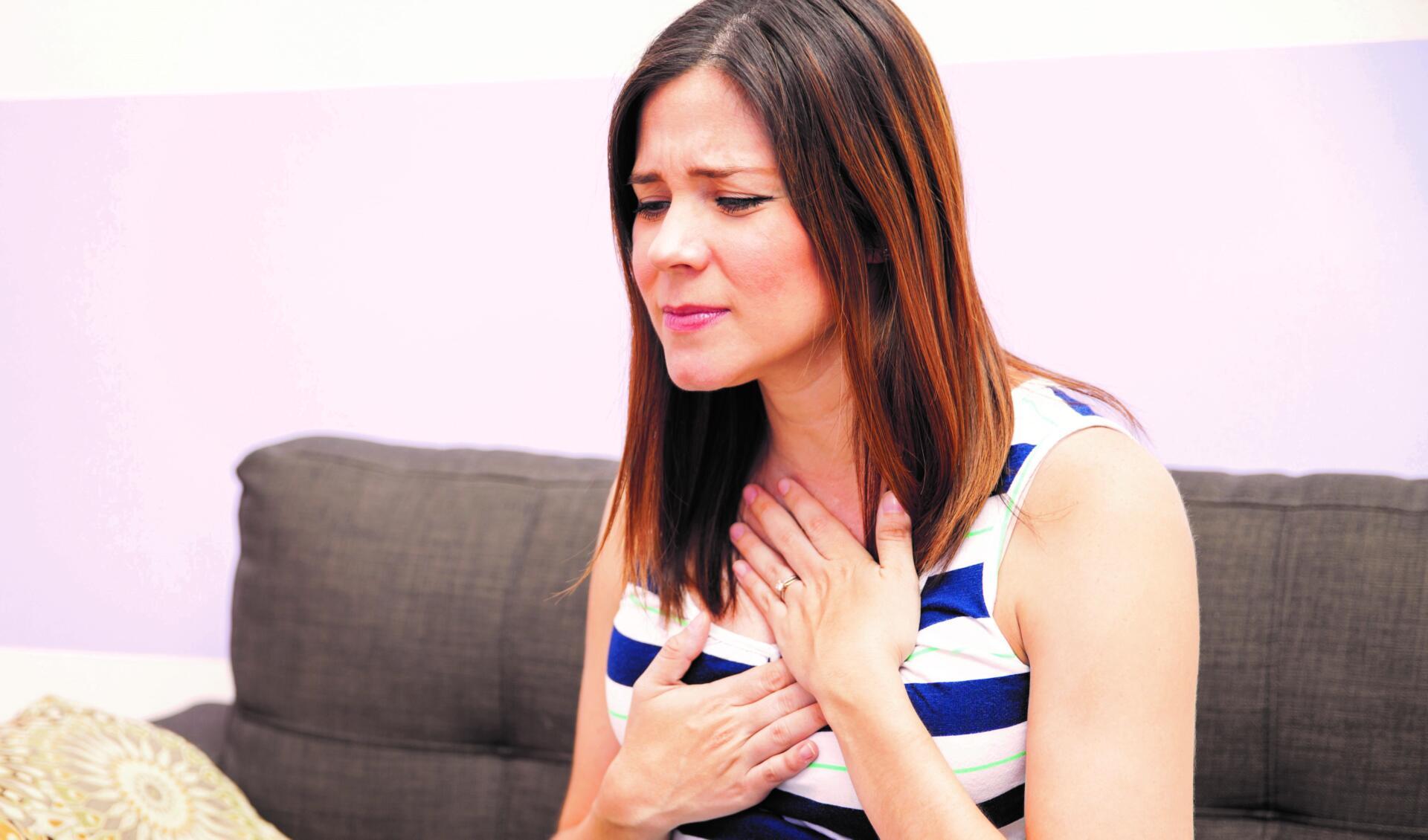 Bild zeigt eine Frau mit Refluxbeschwerden